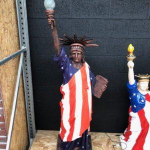 Statue de la liberté avec drapeau américain