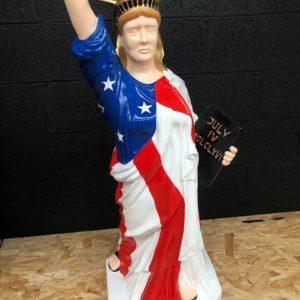 Statue de la liberté avec drapeau USA