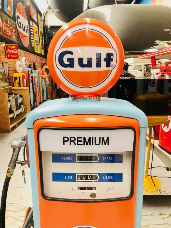 Ancienne pompe essence Gulf restaurée