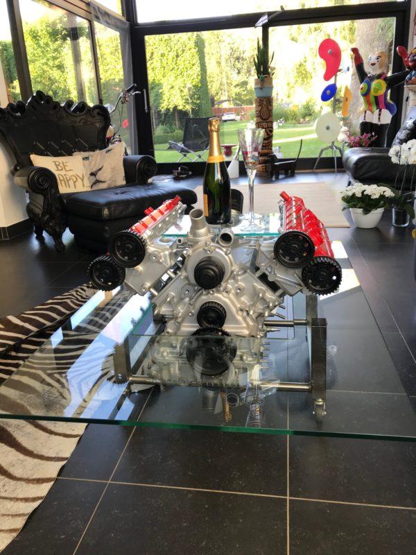 Table basse réalisée avec un véritable moteur Ferrari
