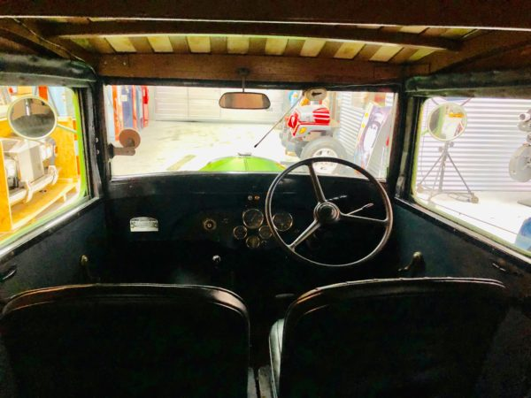 ancien camion Bedfort de 1938 conducteur