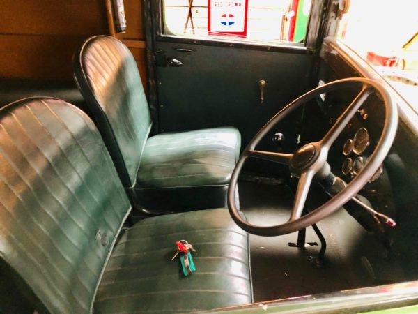 ancien camion Bedfort de 1938 volant